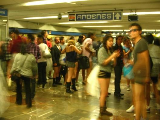 Viajan sin pantalones en el metro