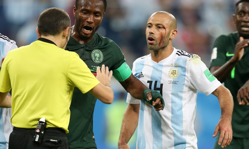 Mascherano got that wound going to the pinecones with fellow teammate Pavón off the pitch, not from the Nigerians during the match